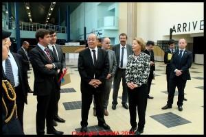 Le ministre jean-Yves Le Drian venant d'arriver.