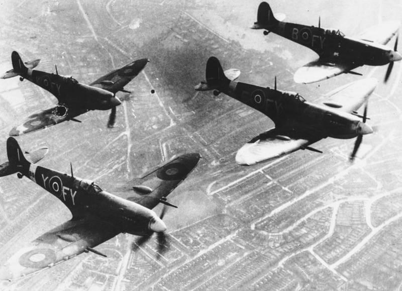 2014 Vol de groupe des Spitfire Mk IX du Squadron 611