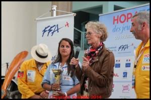 L'Association Française des Femmes Pilote a remis sa coupe à la meilleure féminine du Tour : Elisa Dubois.