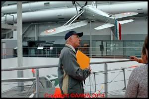 Notre guide Pierre en plein travail dans le hall de l'Entre-deux-guerres