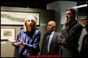 Clémence Raynaud montrait les documents exposés.
