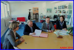De gauche à droite : Catherine Maunoury, François Chouleur en pleine signature, Gérard Vitry et Catherine Le Berre