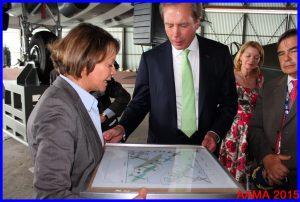 Catherine Maunoury offre un plan du hall à David Dewhurst