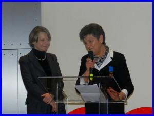 Michèle Bondin-Seignette (à droite) recevant la médaille de l'aéronautique par Catherine Maunoury