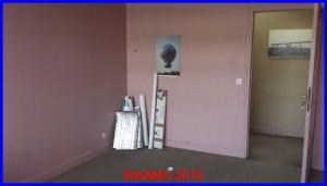 Moquette au sol très défraichit et couleur au mur plutôt démodée. Il était temps