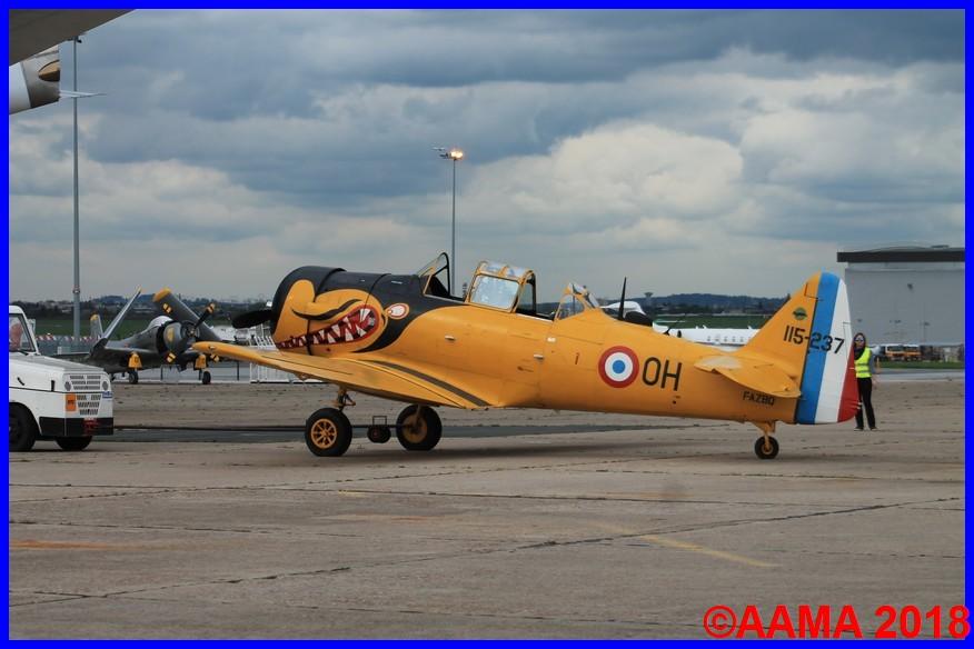 Le T6. Au fond le Skyraider