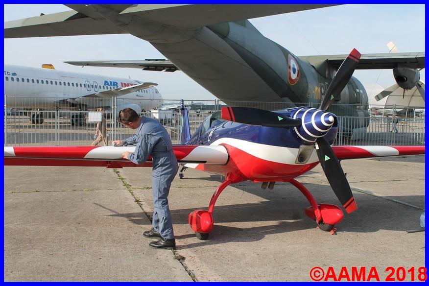 Le pilote nettoie son avion Extra 300 de l'EVAA